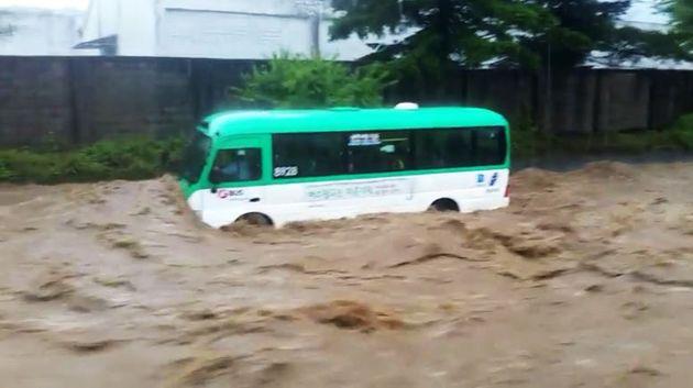 2일 오후 4시 5분께 경기도 용인시 처인구 모현읍 한 도로에서 집중 호우로 인해 갑자기 물이 불어나 시내버스가 침수되어 있다. 소방당국은 버스에 타고 있던 4명 승객 모두 안전하게...