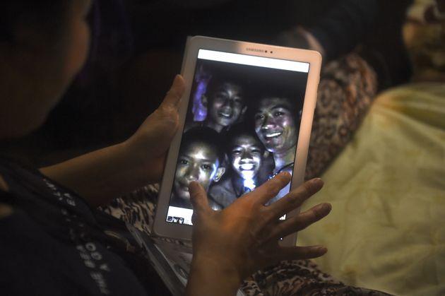 Ζωντανά μέσα στη σπηλιά βρέθηκαν τα 12 παιδιά που αγνοούνταν στην