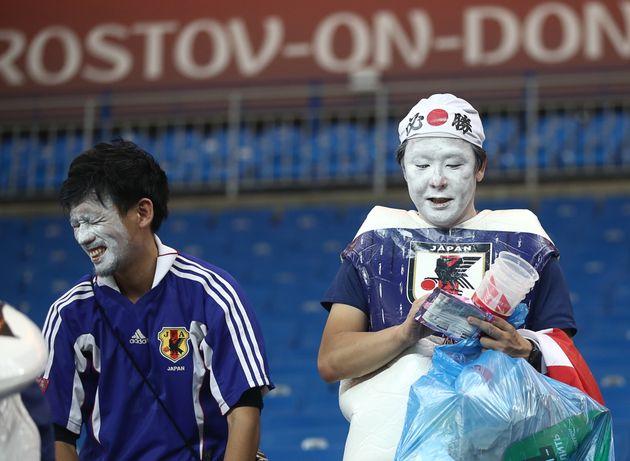 일본 응원단은 '2-3 충격패' 직후 쓰레기를 줍기