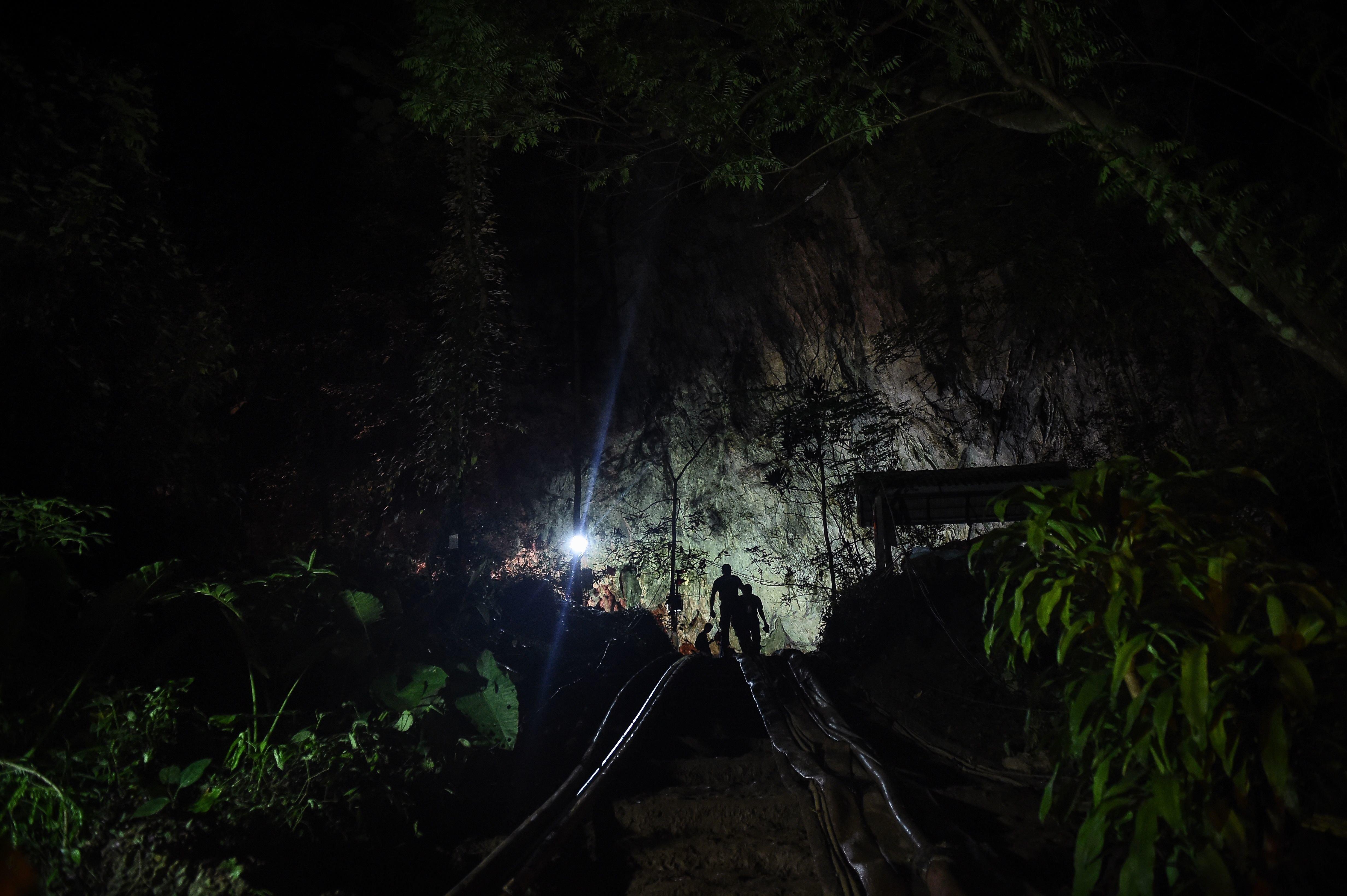 태국 동굴 실종 소년들이 4개월 더 동굴에 머물러야 할지 모른다