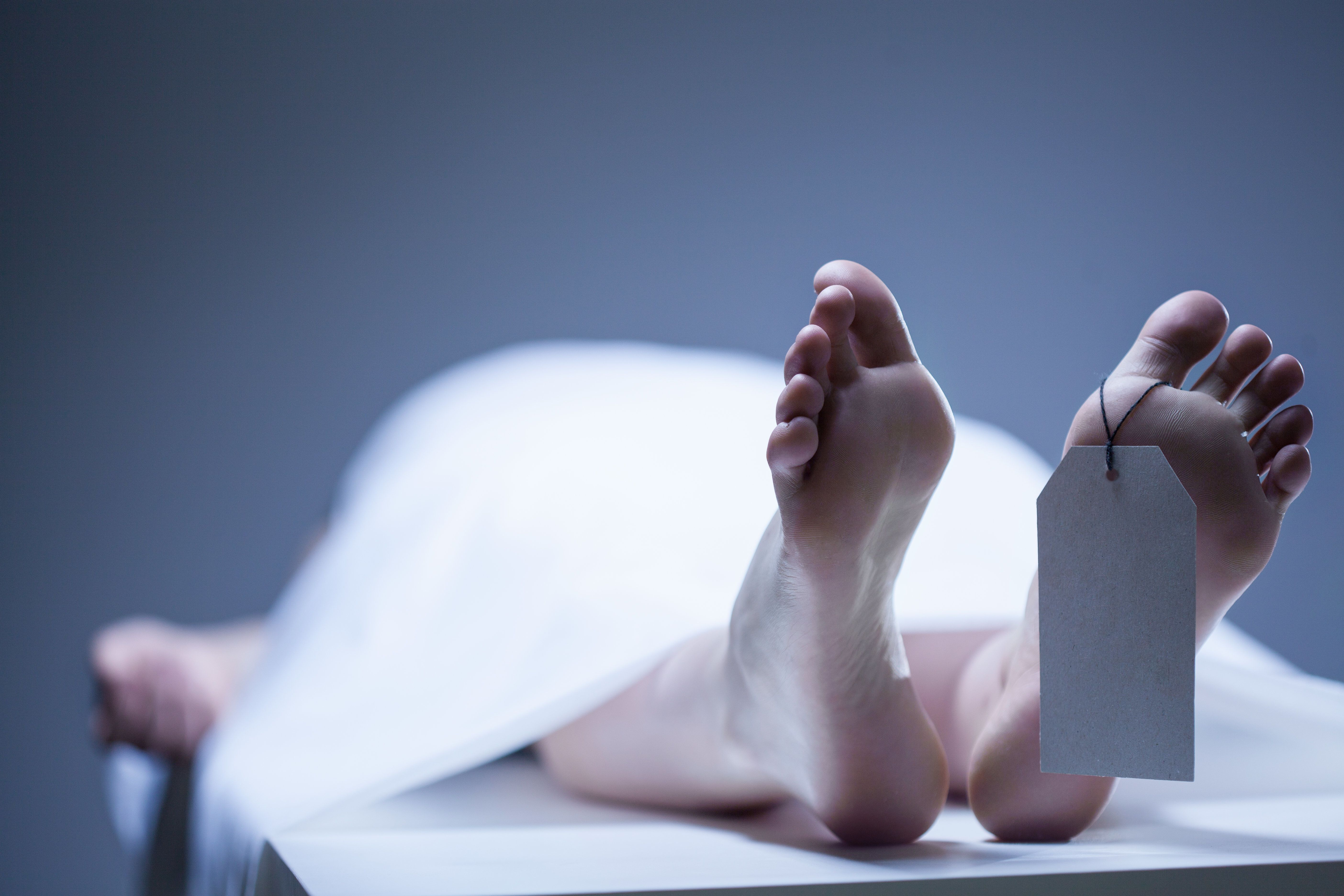 Frau wacht nach schwerem Autounfall im Leichenkühlschrank