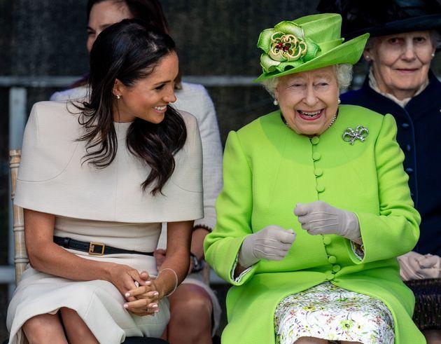 Die Queen zeigt ihre fröhliche