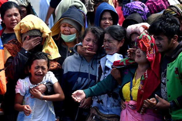 Πάνω από 15 άνθρωποι πνίγηκαν σε ναυάγιο στην Ινδονησία. Η μάχη των επιβατών για να κρατηθούν στη