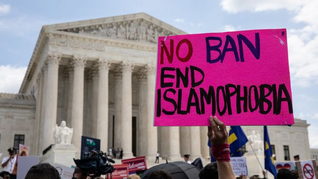 WASHINGTON, USA - JUNE 26: People protest the Muslim travel ban outside of the US Supreme Court in Washington, USA on June 26, 2018. (Photo by Yasin Ozturk/Anadolu Agency/Getty Images)