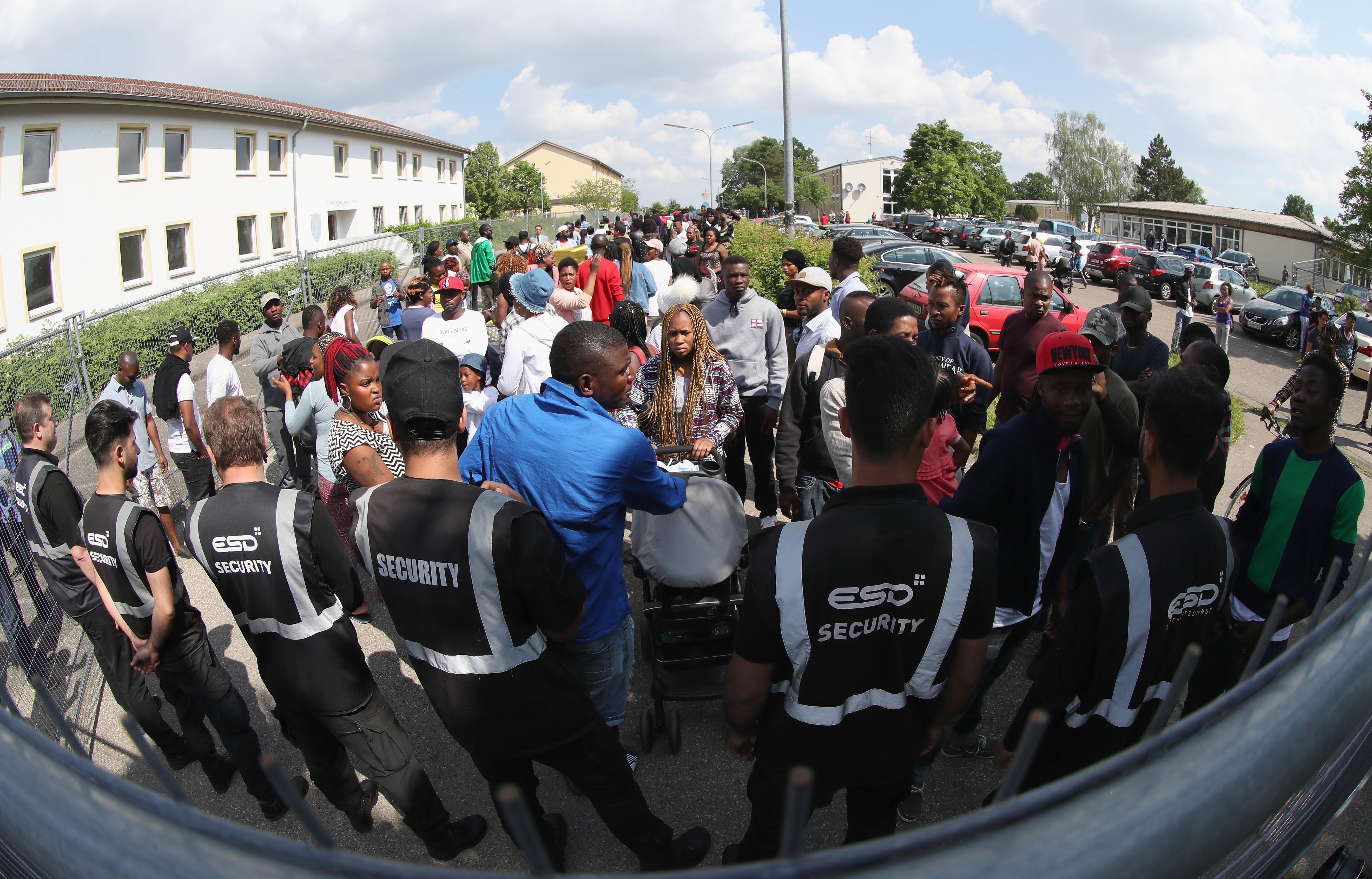 Γερμανία: Ακτιβιστές καταγγέλλουν τις αρχές για απέλαση προσφύγων στο