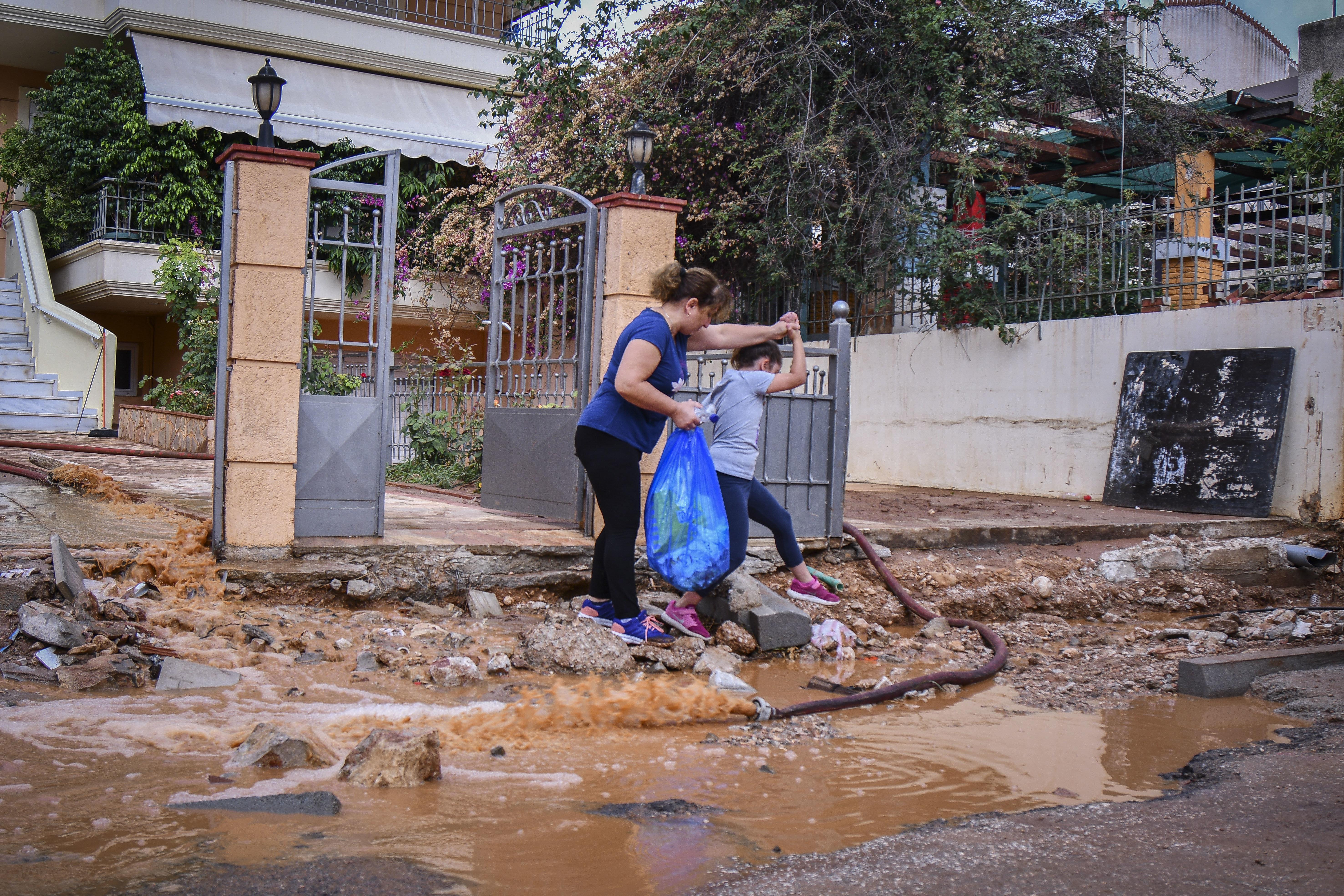 Κάτοικοι της Μάνδρας: «Να μάθουμε ποιοι είναι οι υπεύθυνοι της καταστροφής, αλλά κυρίως να γίνουν τα