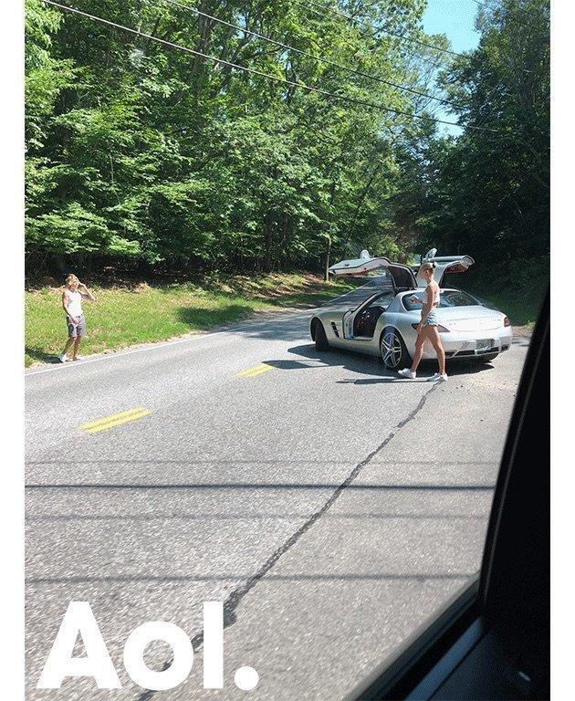 도로 한가운데서 교통정리를 하던 사람의