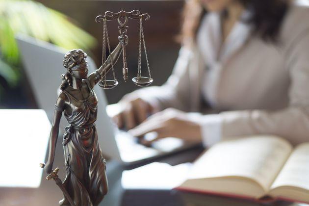 Πώς μία σατανική «δικηγόρος» πήρε 2,3 εκατ. ευρώ από χρεωμένους στο Δημόσιο