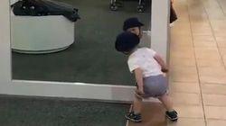 À quoi servent les miroirs? Cet enfant ne peut pas vous donner la