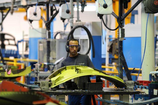 Un employé travaille dans une usine aéronautique à Nouaceur, dans le sud de Casablanca,...