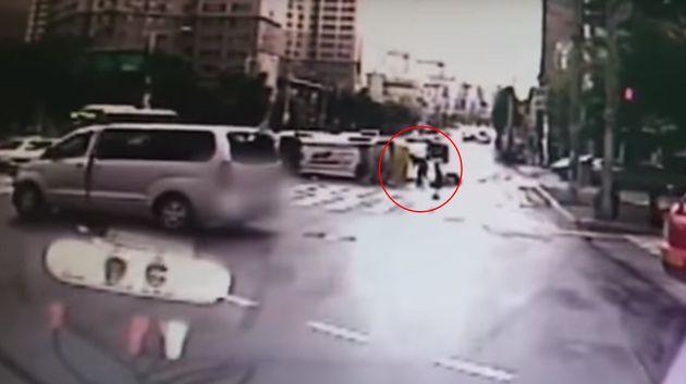 강력한 추돌로 튕겨 나간 구급대원이 기어가 환자를 살피는 영상이