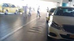 Βίντεο: Γροθιές και ξύλο μεταξύ οδηγών ταξί στην πιάτσα στο «Ελ.