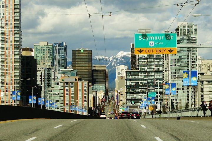 밴쿠버 시내. 멀리 설산이 보인다