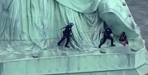 L'île de la statue de la Liberté évacuée après qu'une manifestante a escaladé le monument