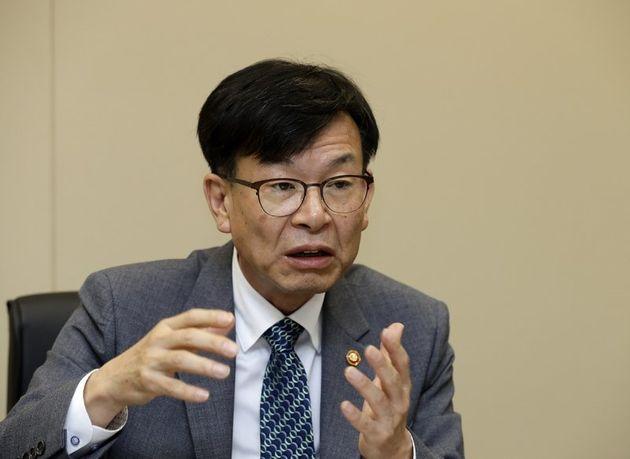 김상조 공정거래위원장이 지난 6월26일 서울 중구 대한상의 빌딩 내 위원장 집무실에서 <한겨레>와 인터뷰를 하고