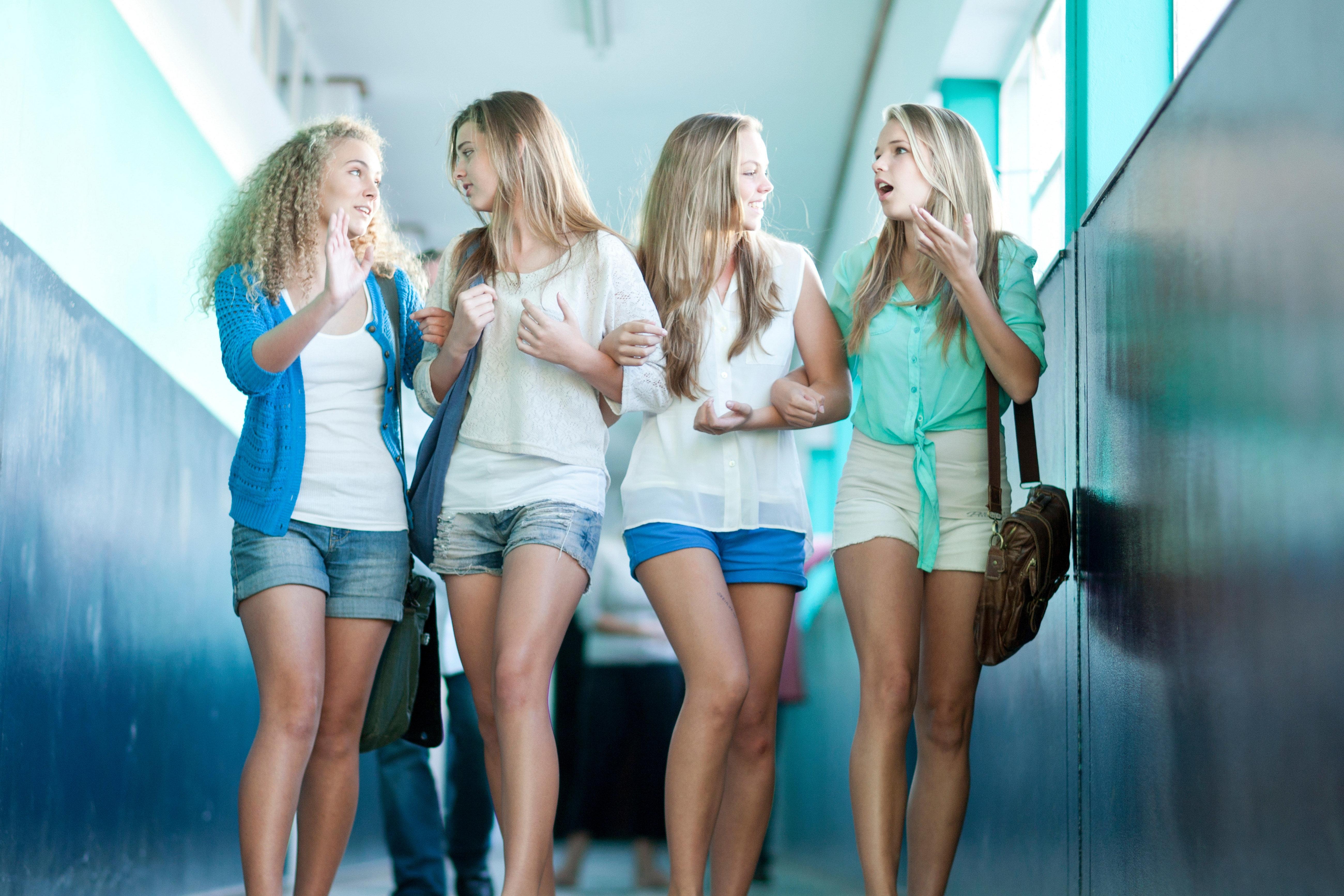 Zu viel nackte Haut: Bayerischer Direktor bestraft Schülerinnen mit