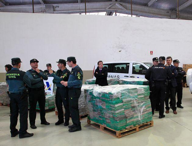 La Guardia Civil et la police nationale espagnole à côté de cargaisons de cocaïne...