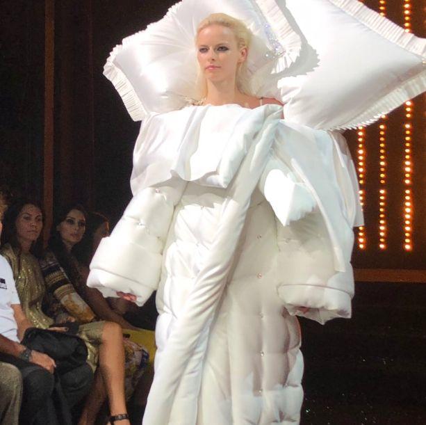 À la Fashion Week de Paris, Viktor & Rolf créent la surprise avec cette robe-lit