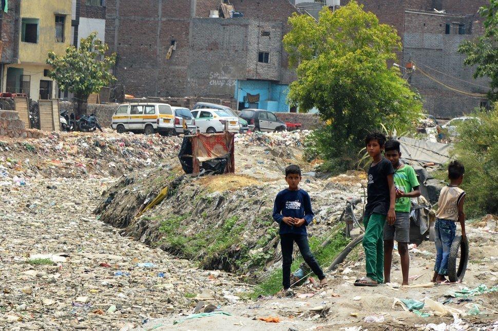 Im Kanal in Rani Garden fließt mehr Plastik als