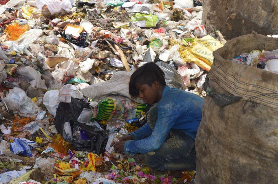 Ein Junge sortiert Plastikmüll in