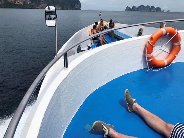 Θρίλερ με τουριστικό σκάφος που βυθίστηκε στην Ταϊλάνδη. 'Ενας νεκρός και 53 αγνοούμενοι μέχρι