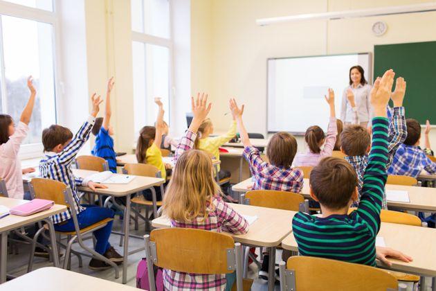 Το Politico εξηγεί τους λόγους για τους οποίους οι έλληνες μαθητές στα ευρωπαϊκά σχολεία παίρνουν υψηλότερους