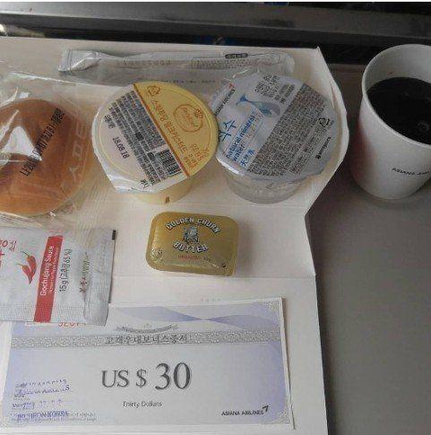 """5일 인터넷 게시판에 올라온 아시아나항공 기내식 모습. """"그래도고추장은 줍니다""""라는 말에 """"어디에다 쓰는 것이냐"""", """"빵에 발라먹으라는..."""