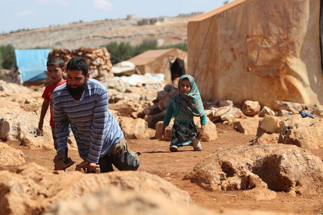 다리가 없는 시리아 난민 소녀는 깡통 의족을 달고
