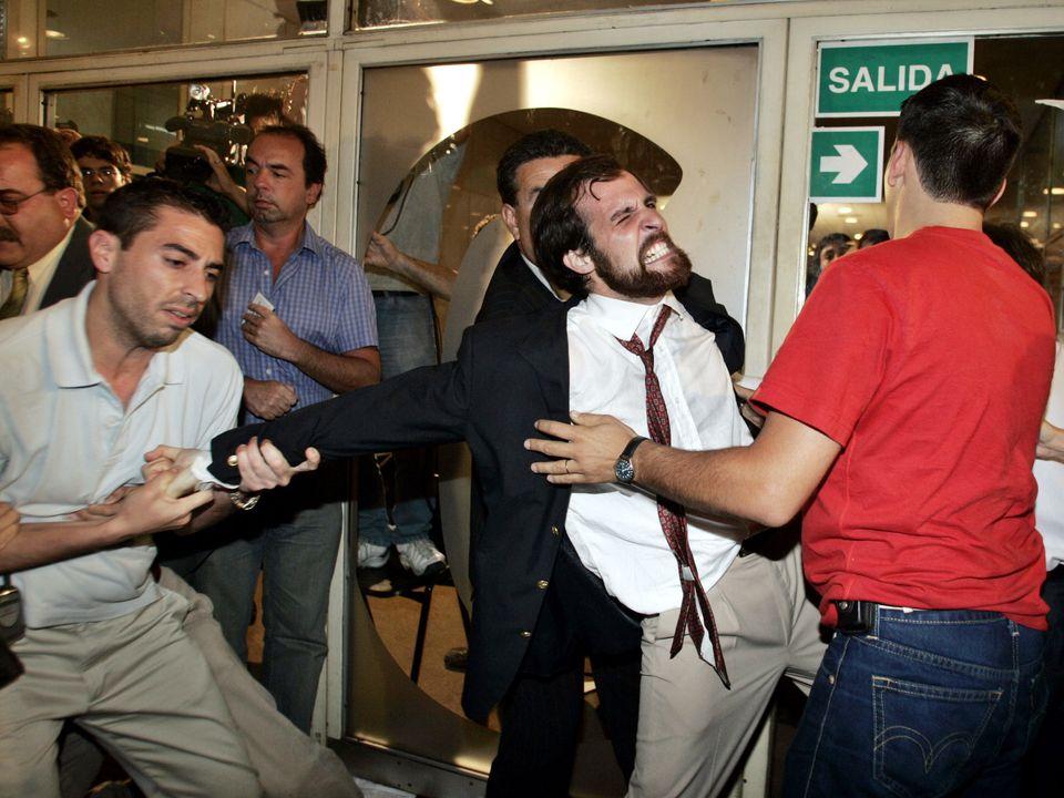 2004년 아르헨티나의 낙태죄 폐지 반대 시위대가 레베카 곰퍼츠 강연이 열리는 강당에 들어가려고 하자, 사복 경찰이 이를 말리고