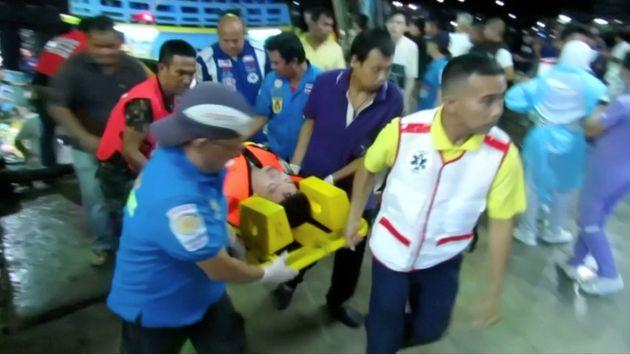 침몰한 배에서 구조한 여행자를 옮기고 있다. 태국 푸켓.