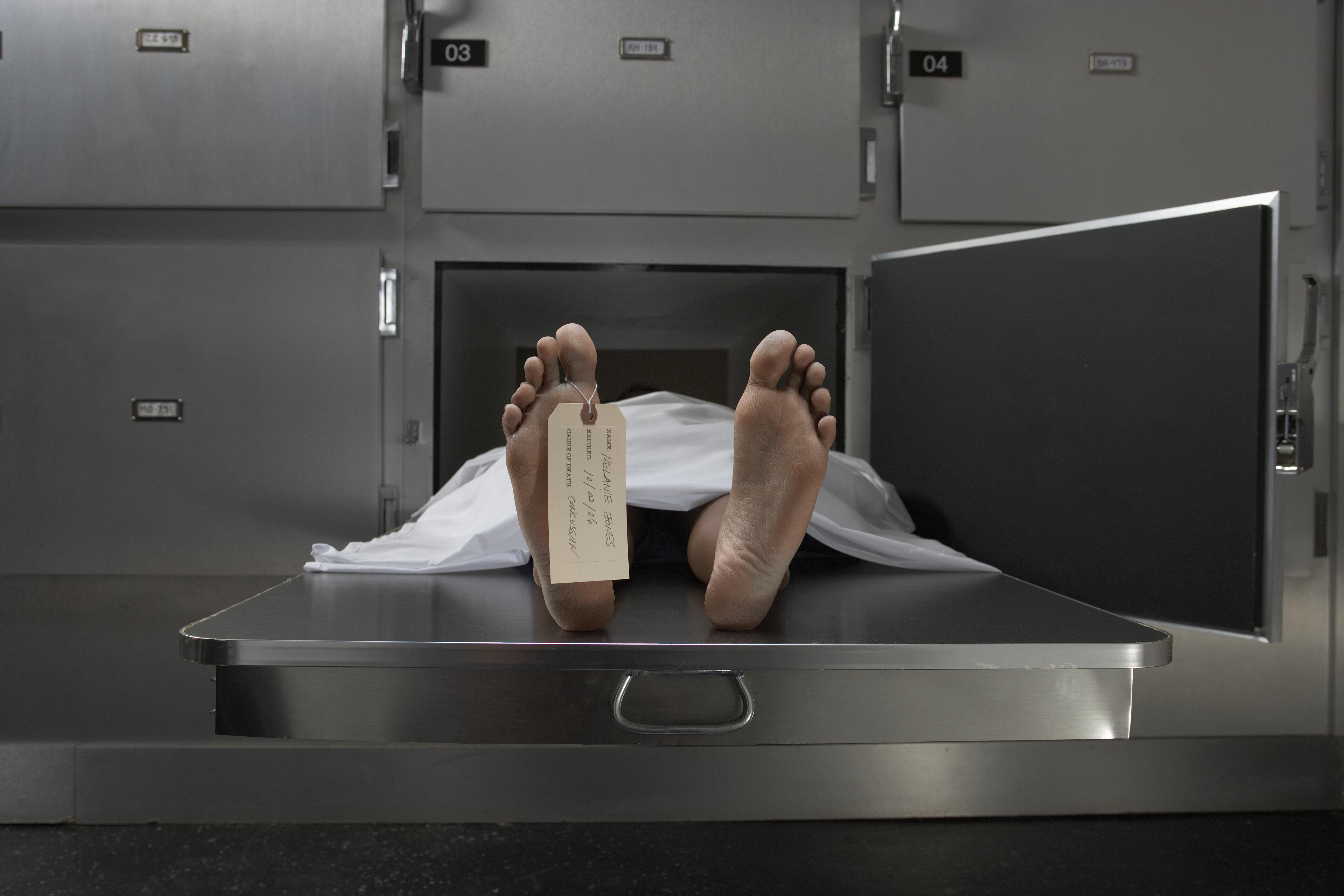 '죽은' 여성이 영안실 냉장 보관함에서 산 채로