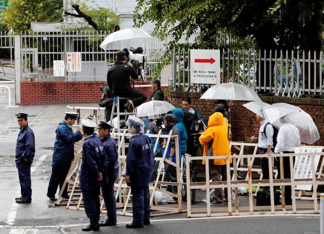 6일 취재진과 경찰이 아사하라 쇼코의 사형이 집행된 도교구치소 밖을 둘러싸고