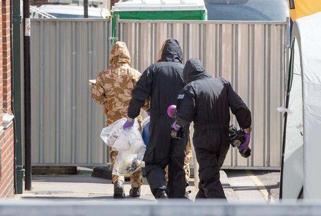 Ερευνητές και αστυνομικοί ψάχνουν να βρουν πώς μολύνθηκε με Νοβιτσόκ το ζευγάρι στη