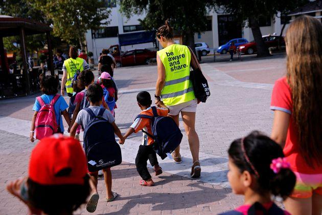 Εθελοντές συνοδεύουν...
