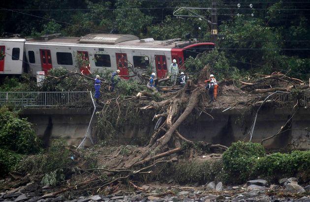 2018년 7월 7일. 사가현 산사태로 철로에서 이탈한 열차에서 구조대원들이 복구 및 수색 작업을 벌이고