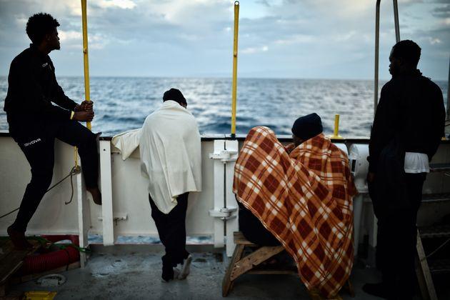 Des migrants regardent l'horizon à bord du bateau MV Aquarius, au large des côtes siciliennes,...