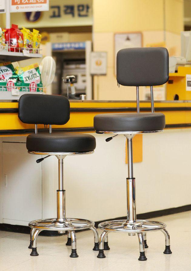 16일부터 교체되는 이마트의 계산대 의자. 왼쪽이 현재 사용중인 의자이고, 오른쪽이 새