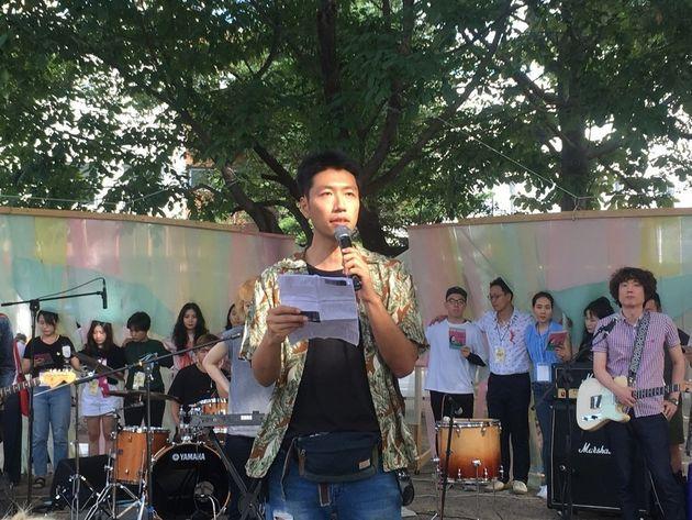 동물축제 반대축제를 기획한 김한민 시셰퍼드 활동가와 축제 스태프가 '동물주의자 선언'을 하고 있다.