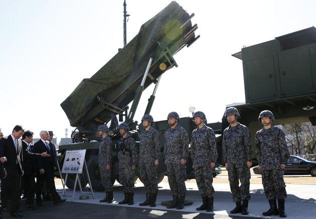지난 2월 일본 방위성을 방문한 마이크펜스 미 부통령이 이츠노리 오노데라 방위상의 안내로 PAC-3 미사일을 둘러보고 있다.