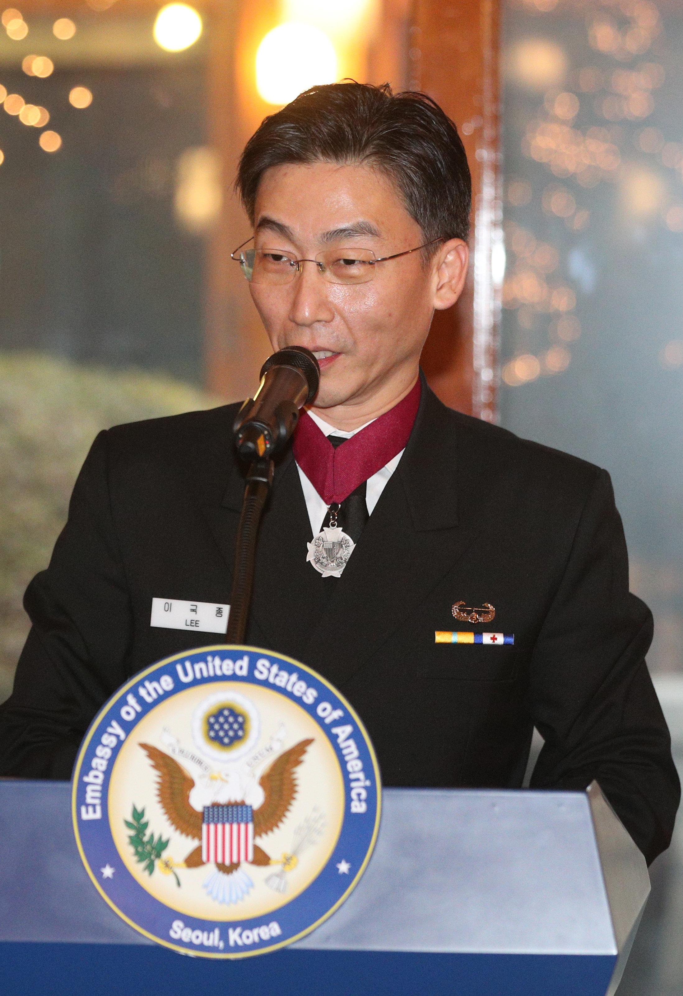 이국종 교수가 한국당 비대위원장 고사한 뒤 두 보수야당이 벌인