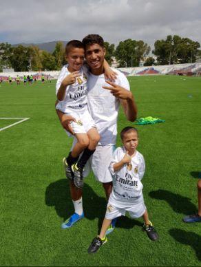 Achraf Hakimi donne des cours de football aux enfants d'un club de Tétouan