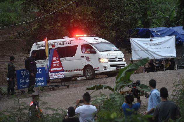 아이들이 구출된 현장에서 앰뷸런스가 병원으로 떠나고 잇다.