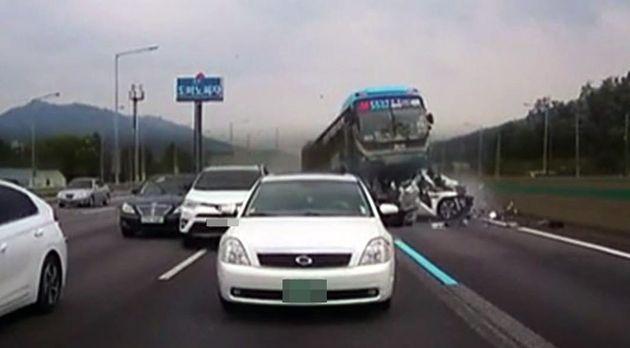 지난해 7월 9일 오후 2시 46분쯤 서울 방면 경부고속도로 양재나들목 인근에서 버스와 승용차 등 8중 추돌사고가 발생해 10여명의 사상자가 발생했다. 광역버스 운전사의 졸음운전으로...