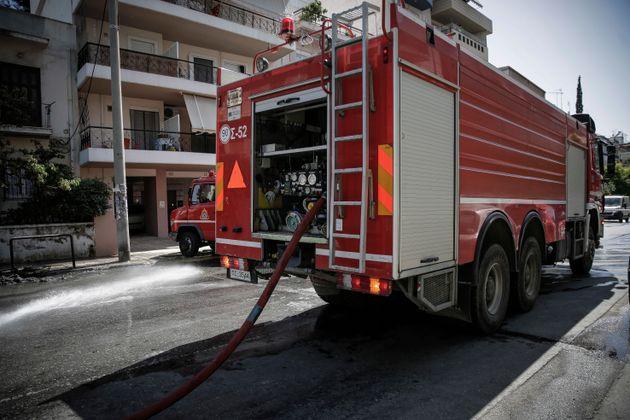 Άγνωστοι έκαψαν αυτοκίνητα και μηχανές στα Κάτω