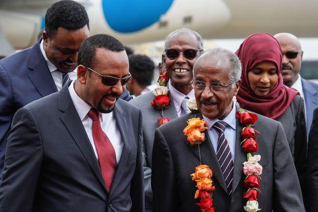 Le Premier ministre éthiopien Abiy Ahmed avec le ministre érythréen des Affaires...