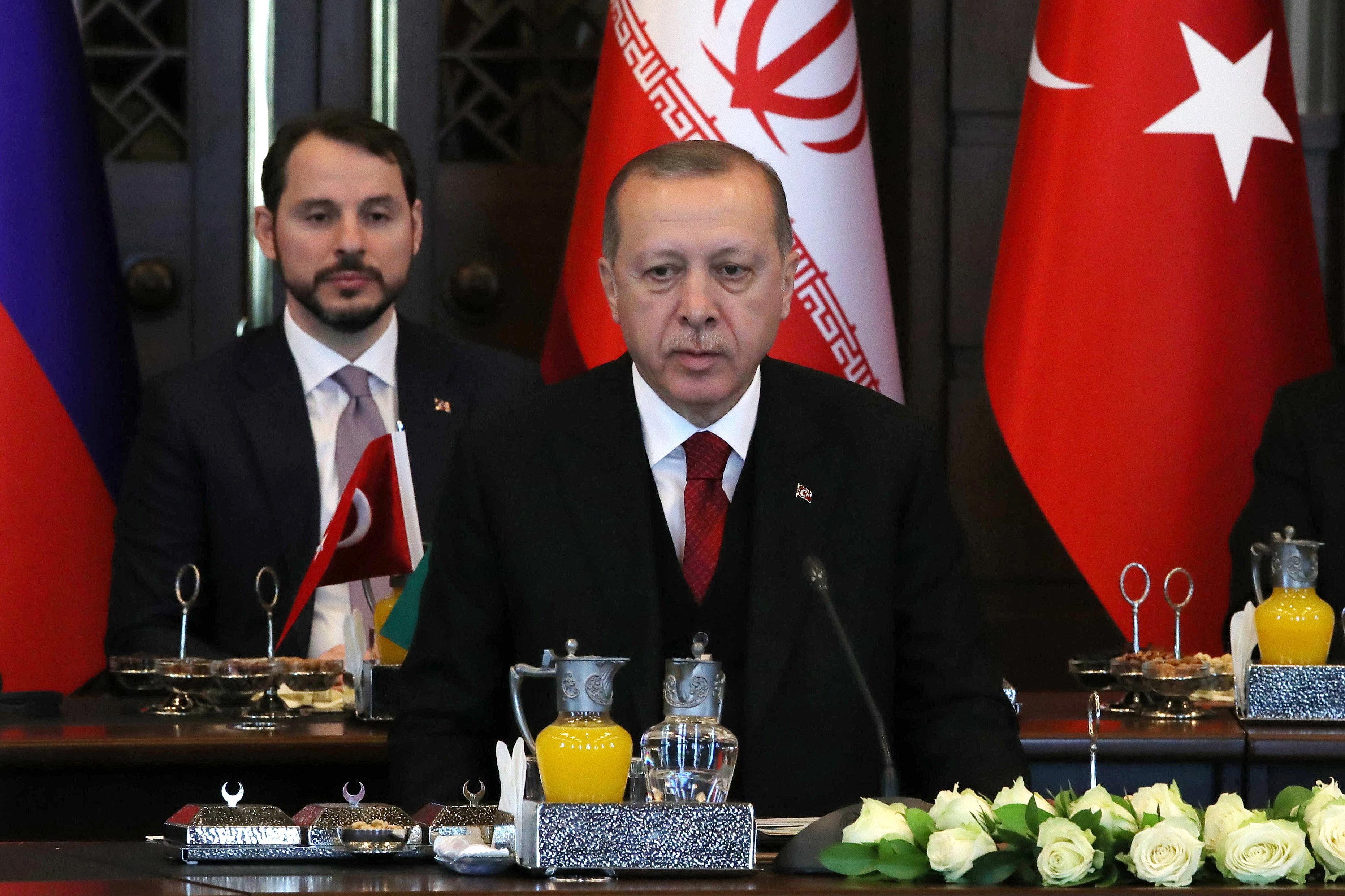 Νέα υποχώρηση της τουρκικής λίρας μόλις ο Ερντογάν ανακοίνωσε πως διόρισε τον γαμπρό του ως Υπουργό Οικονομικών