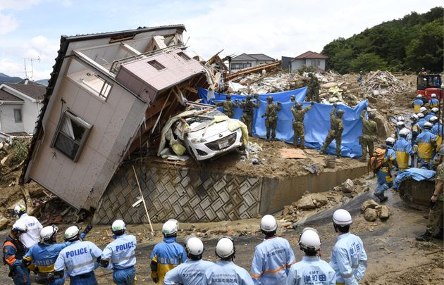 7월9일 히로시마현 쿠마노쵸의 무너진 가옥에서 실종자를 찾고 있는