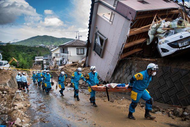 쿠마노쵸의 거리에 흩어진 잔해를 치우는 경찰과