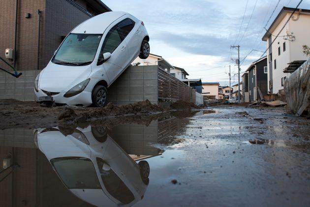 7월 9일 오카야마현 쿠라시키. 차량이 전복 직전의 상태로 구조물에