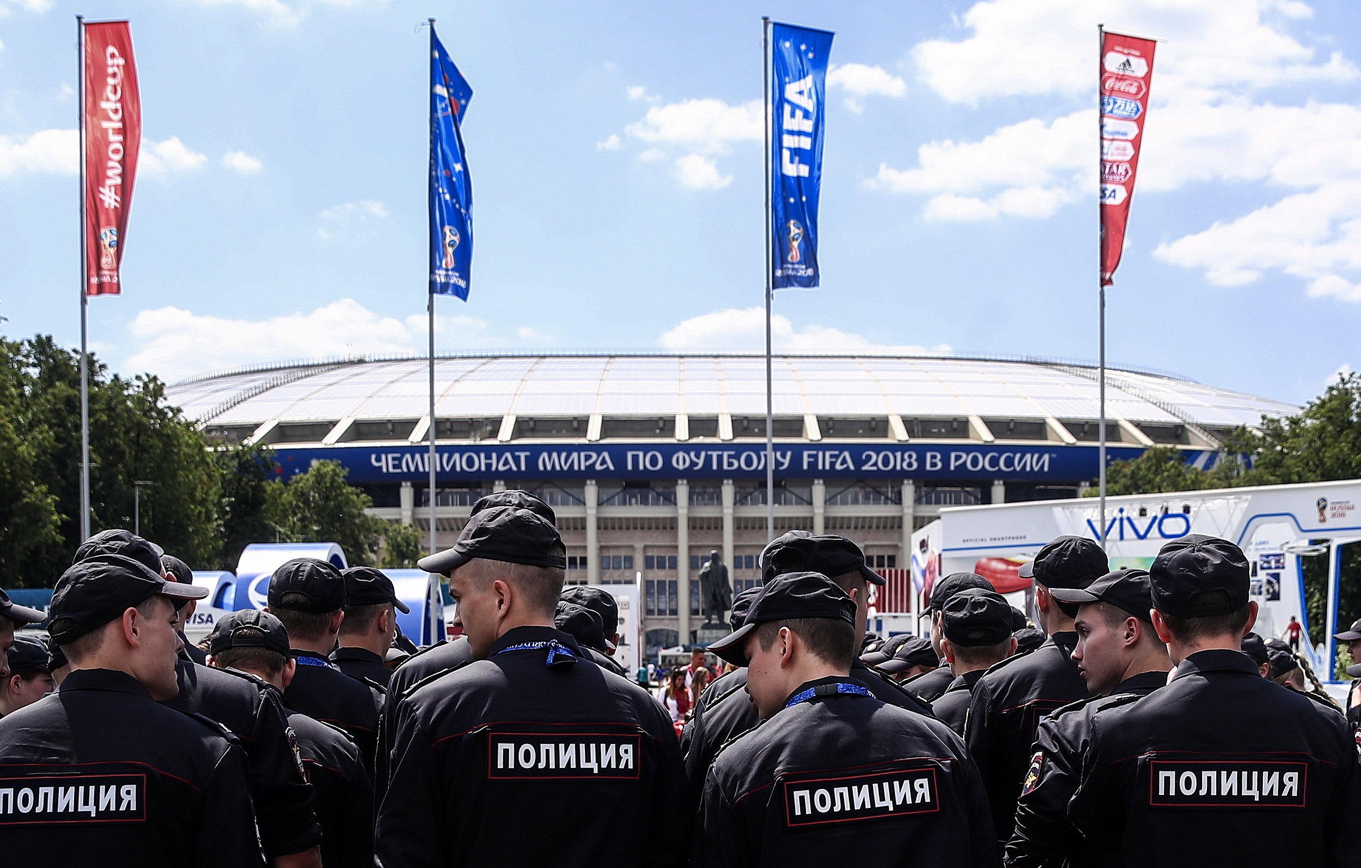 Verbotene Solidarität mit Homosexuellen zur WM: Wie Aktivisten Russlands Polizisten
